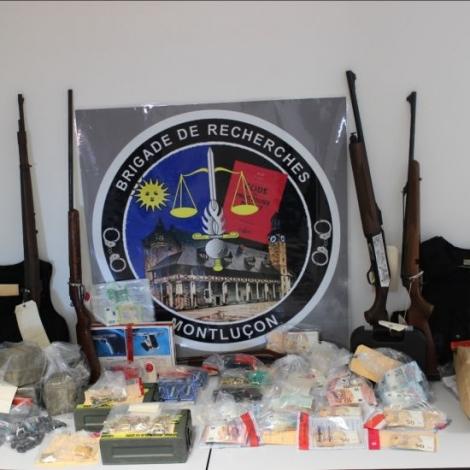 Beaucoup de drogues mais aussi de l'argent des armes et plus de 800 munitions...